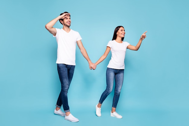 Foto van vrienden hand in hand lopen directe vinger lege ruimte
