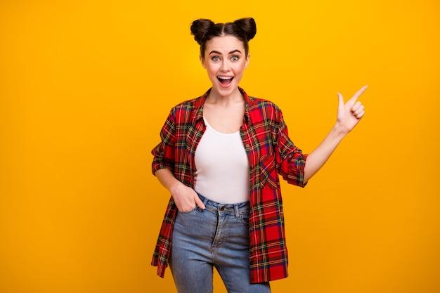 Foto van vrij grappige dame tiener open mond richting vinger lege ruimte