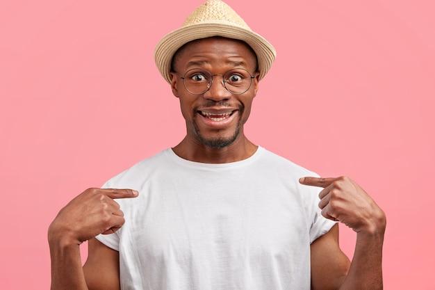 Foto van vrolijke donkere huid man draagt strooien hoed