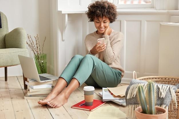 Foto van vrolijke etnische vrouw draagt casual warme trui