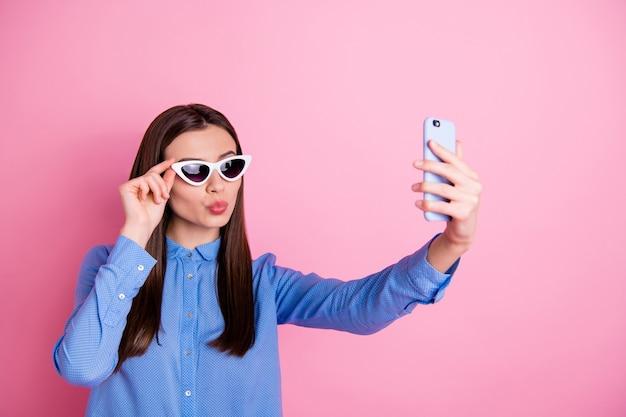 Foto van vrolijke leuke vrouw die zonnebril draagt die selfie op telefoon neemt