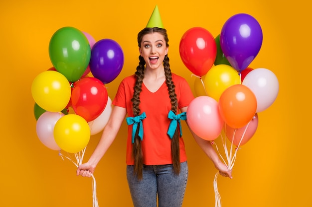 Foto van vrolijke mooie dame houdt veel luchtballonnen vast