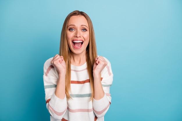 Foto van vrolijke positieve mooie lieve vriendin dolblij over het ontvangen van nieuwe positieve informatie geïsoleerde blauwe pastelkleurige muur
