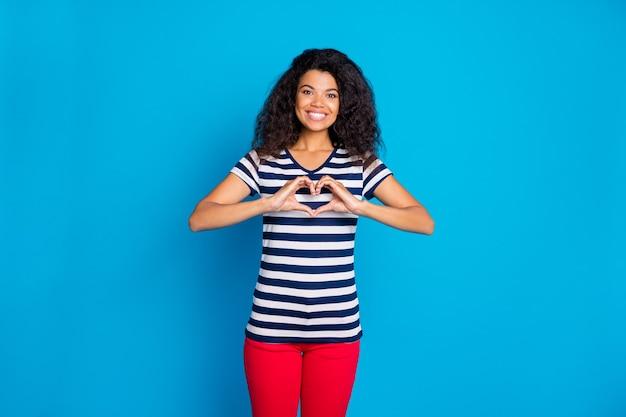 Foto van vrolijke positieve schattige vrij lieve vrouw die je hartvorm toont