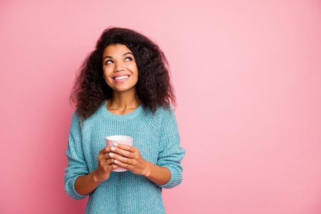 Foto van vrolijke schattige aardige vriendin met kopje thee peinzend over puzzels op zoek naar lege ruimte geïsoleerde pastelkleur muur