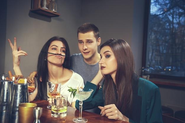 Foto van vrolijke vrienden in de bar of in de pub die met elkaar communiceren