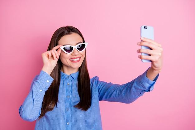Foto van vrolijke vrouw die selfie neemt die zonnebril draagt
