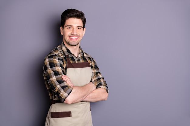 Foto van vrolijke zelfverzekerde knappe man met gekruiste armen glimlach toothy slimme geïsoleerde grijze kleur muur