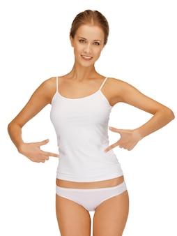 Foto van vrouw in katoenen ondergoed met afslankconcept