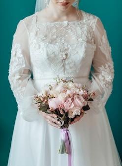 Foto van vrouw met bruidsboeket ceremonie trouwdag met trouwringen
