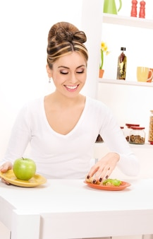 Foto van vrouw met groene appel en sandwich