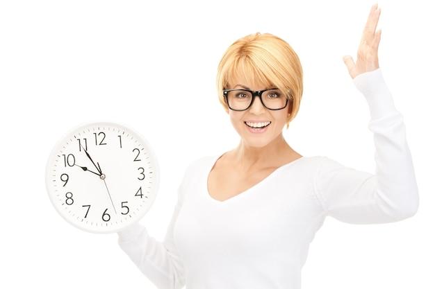 Foto van vrouw met grote klok over wit