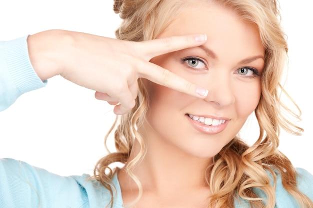 Foto van vrouw met hand met gelakte nagels