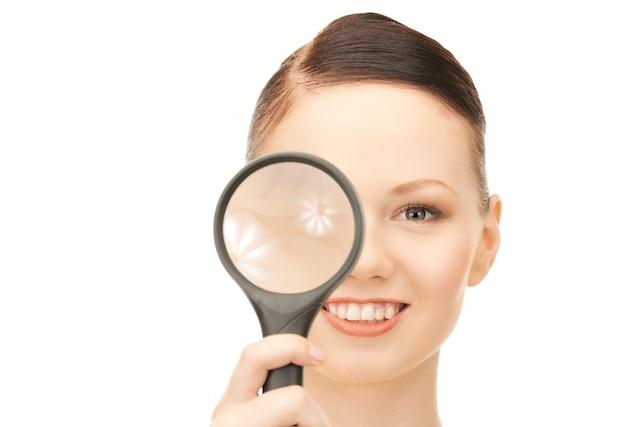 Foto van vrouw met vergrootglas over wit