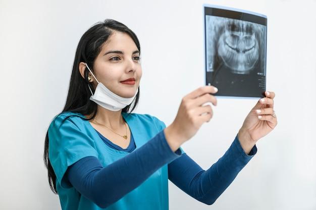 Foto van vrouwelijke arts of tandarts kijken naar x-ray