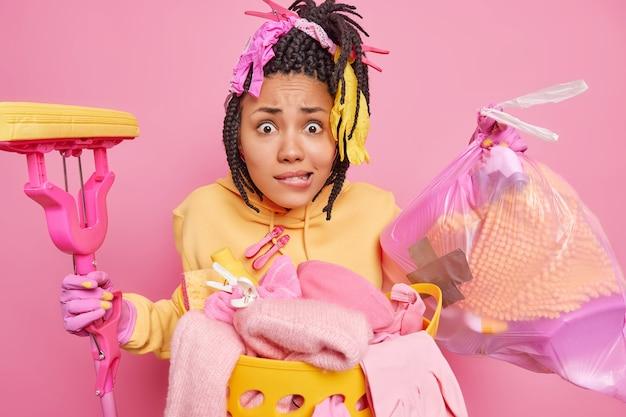 Foto van wanhopige, nerveuze afro-amerikaanse vrouw draagt vuilniszak