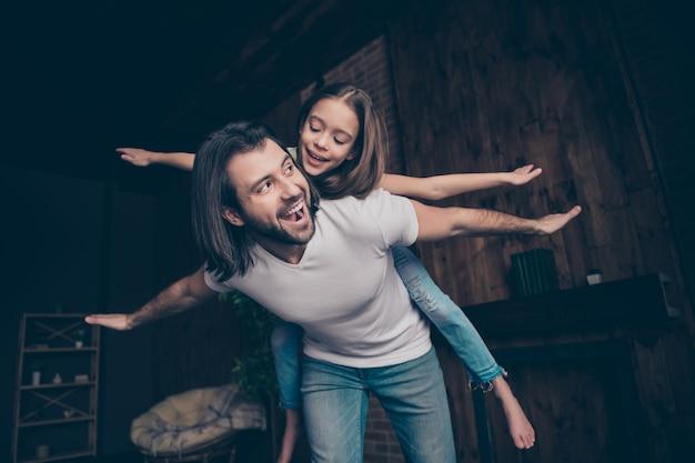 Foto van weinig grappig energiek meisje opgewonden knappe papa draagt dochter spelen goed humeur vrije tijd doorbrengen