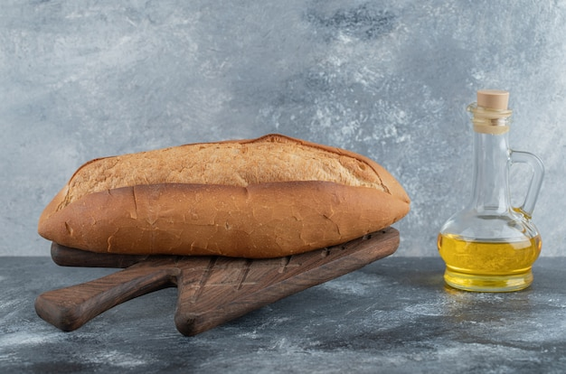 Foto van wit brood met olie op het houten bord. hoge kwaliteit foto