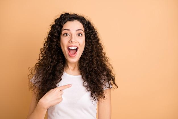 Foto van wit extatisch charmant aantrekkelijk mooi meisje wijzend naar zichzelf verrast over wordt gekozen geïsoleerd op beige pastel kleur achtergrond