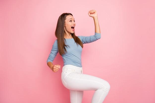 Foto van wit opgewonden meisje uiting van dolgelukkig gevoelens op gezicht springen schreeuwen ja geïsoleerde pastel kleur achtergrond