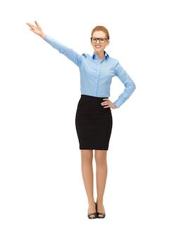 Foto van zakenvrouw die met haar hand in specificaties wijst