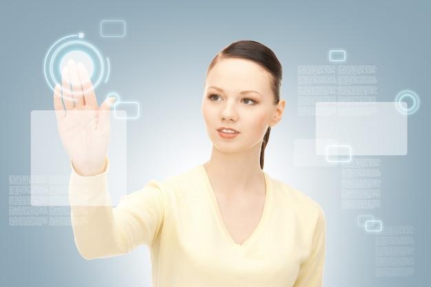 Foto van zakenvrouw die werkt met touchscreen