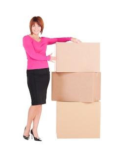 Foto van zakenvrouw met dozen over wit