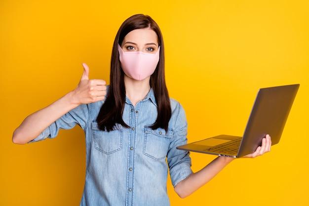 Foto van zelfverzekerde student mooi meisje werk op afstand laptop duim tonen