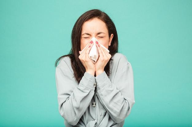 Foto van zieke vrouw niest