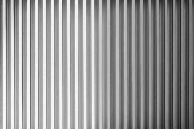 Foto van zilver of grijs metaalplaatpatroon dat op muur wordt verfraaid. modern materiaalpatroonbehang.