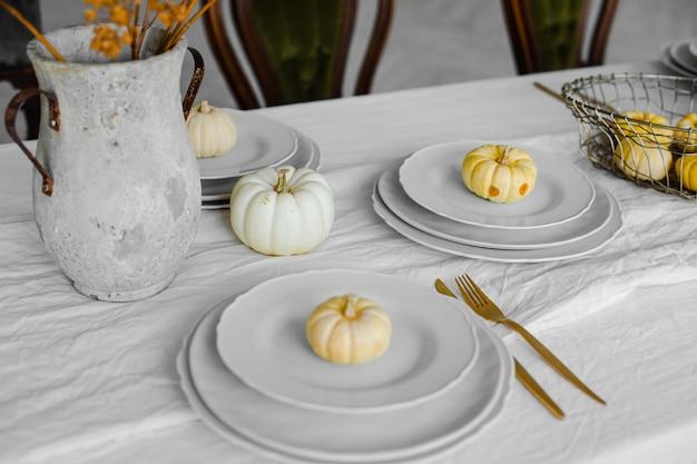 Foto van zoete pompoencakes op de witte borden op grote tafel in lichte kamer