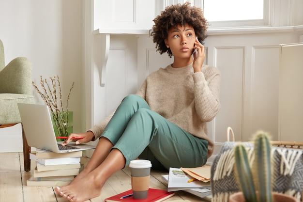 Foto van zwarte vrouw heeft telefoongesprek