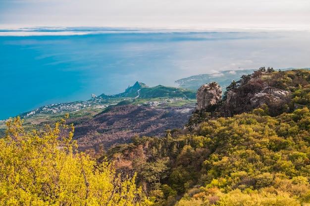 Foto vanaf de top van de aipetri-berg en prachtige horizon