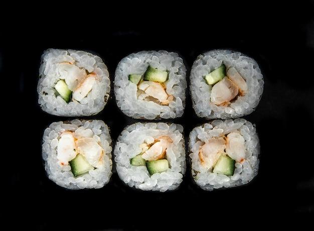 Foto voor het menu. japanse broodjes met komkommer bovenaanzicht.