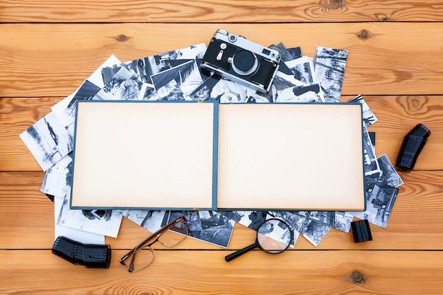 Fotoalbum met een retro camera op tafel