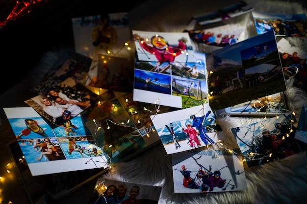 Fotoalbum ter nagedachtenis en nostalgie in kerstmis, winterseizoen, op houten vloer. foto van retro camera - vintage en retro stijl, bovenaanzicht
