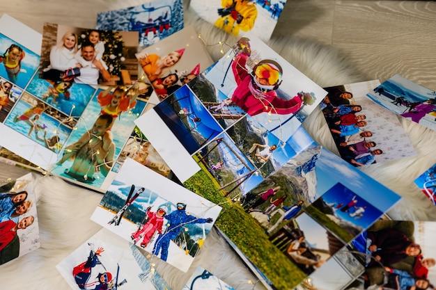Fotoboeken liggen met kerst bij de open haard