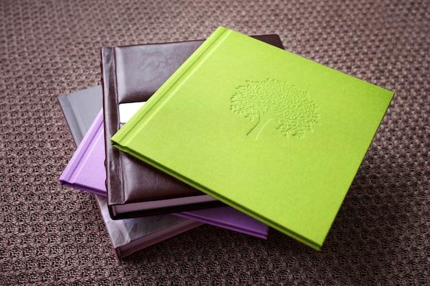 Fotoboeken met decoratieve stempels. verschillende omslagen. felle kleuren.