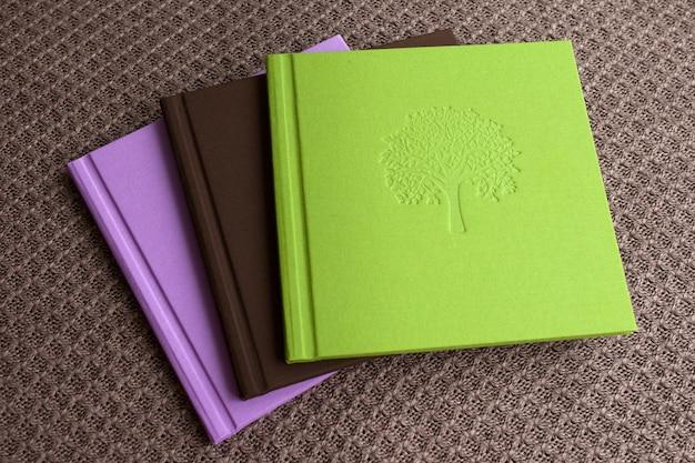 Fotoboeken met stoffen kaft. felle kleur, biologisch katoen, omslag met decoratieve stempels.