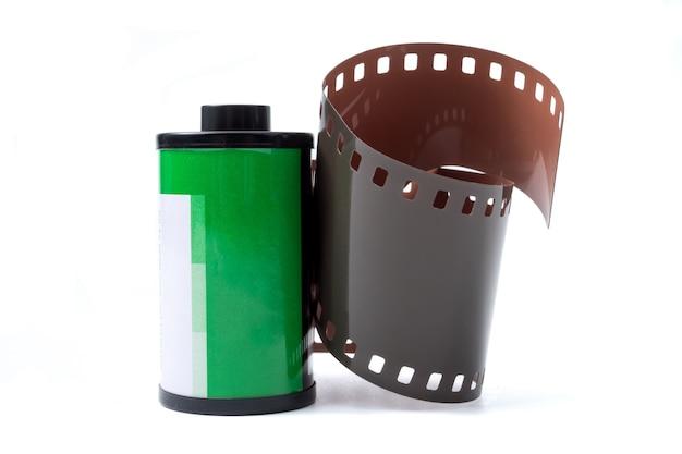 Fotofilm in cassette, fotografische filmrol 35 mm op een witte achtergrond.
