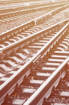 Fotofragment van de spoorwegsporen in het regenachtige weer