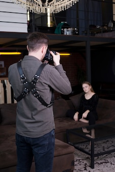 Fotograaf die beelden van model op laag neemt