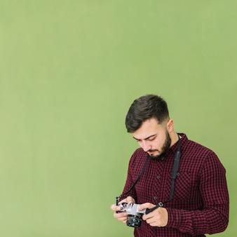 Fotograaf die camera bekijkt