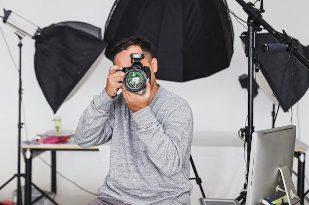 Fotograaf die de camera vasthoudt en een foto maakt