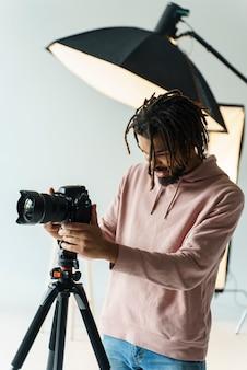 Fotograaf die de camera voorbereidt