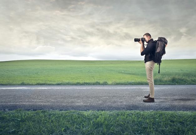 Fotograaf die de natuur verkent