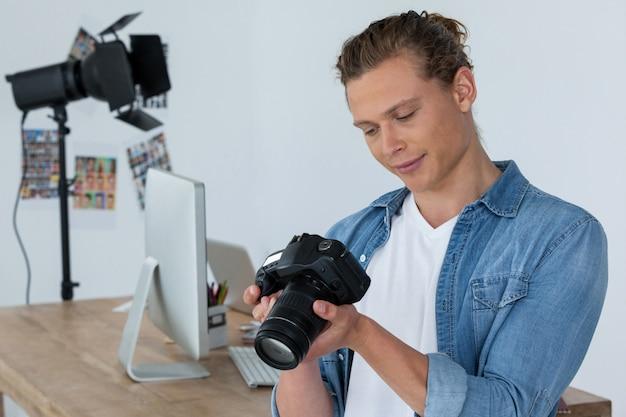 Fotograaf die digitale camera houdt