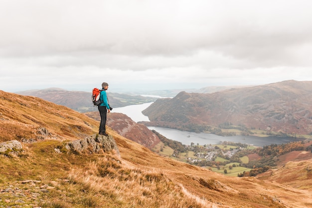Fotograaf die en panorama bovenop berg wandelen bekijken
