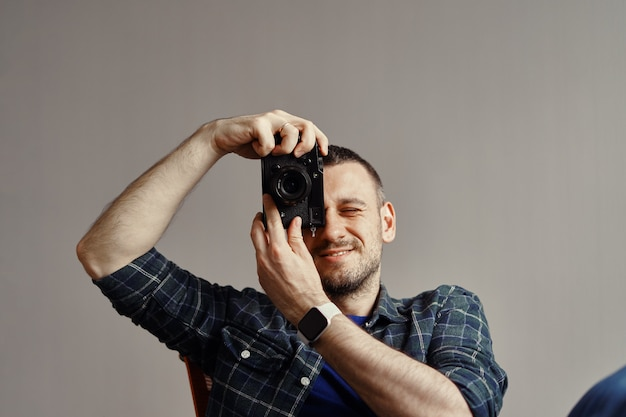 Fotograaf die foto neemt terwijl het kijken naar camera