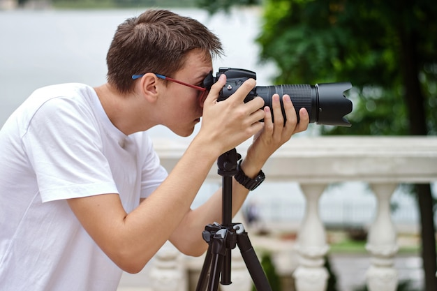 Fotograaf die foto's maakt met een telelens